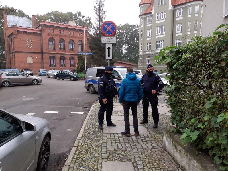 Policjanci prowadzą kontrole w związku z pandemią