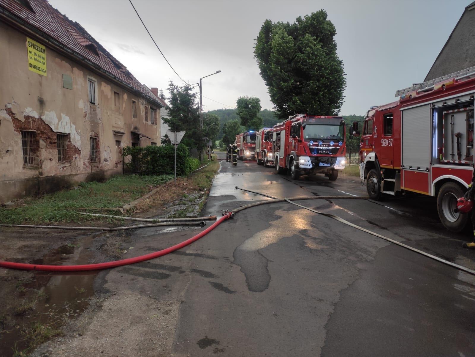 Płonęło poddasze w Kłaczynie. Z ogniem walczyło 6 zastępów strażaków [FOTO]