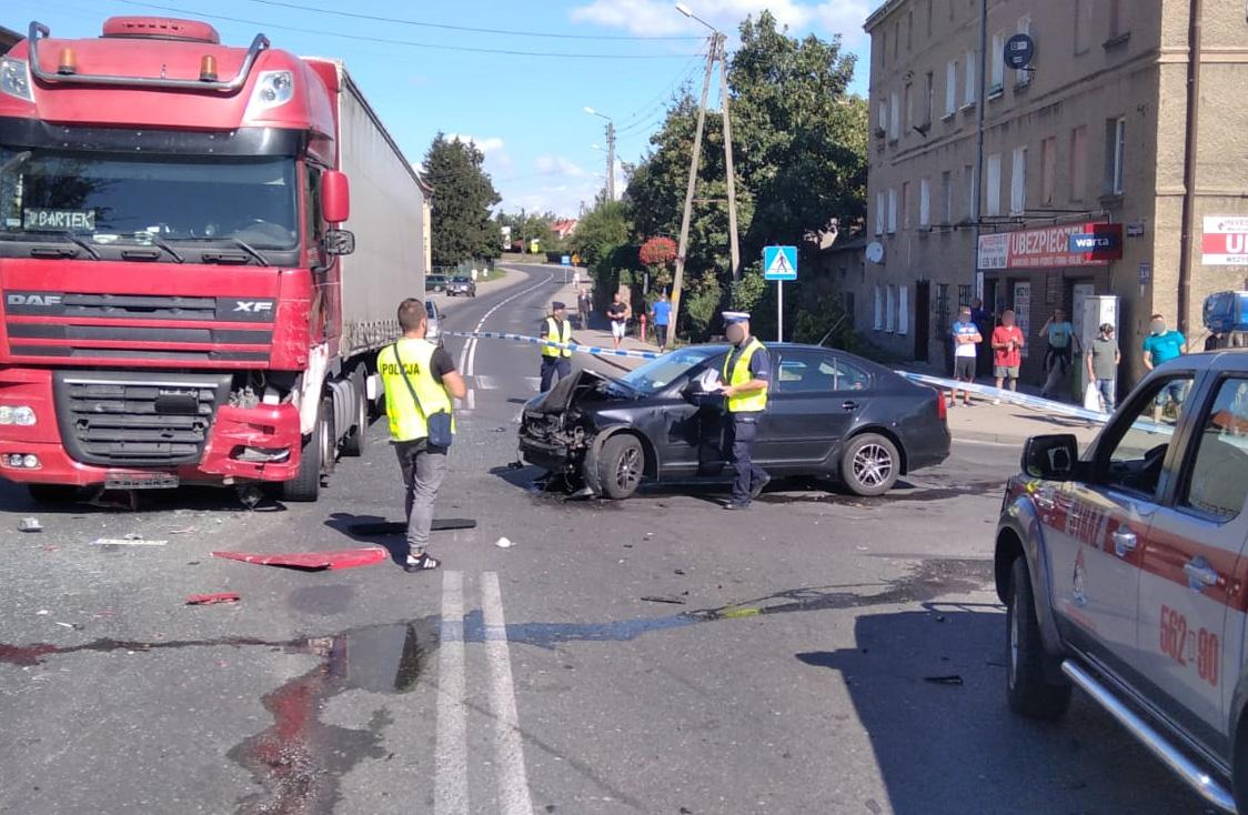 Zderzenie dwóch aut osobowych i ciężarówki w Świebodzicach [FOTO]